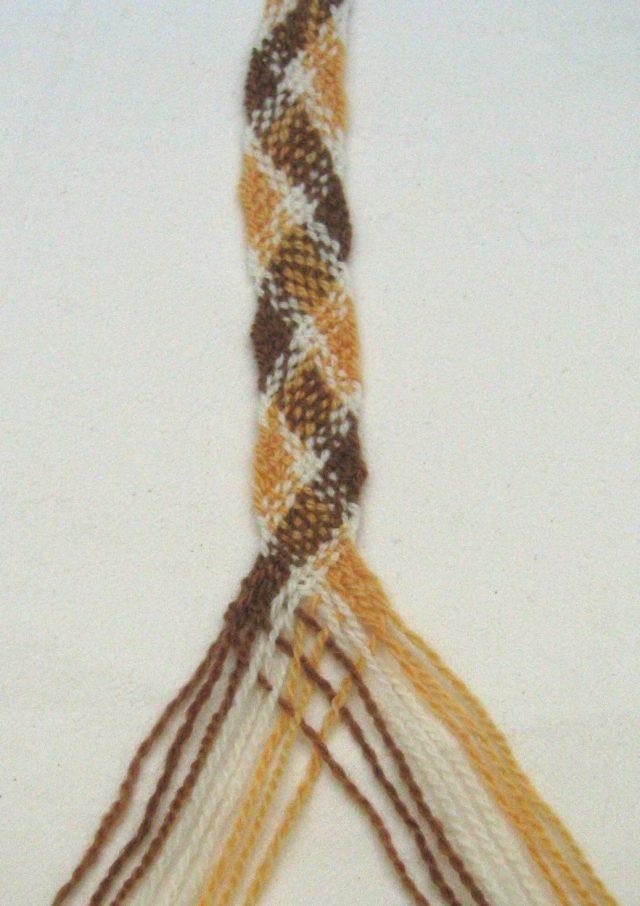 Fingerweben Muster Gelb, Braun und Weiß