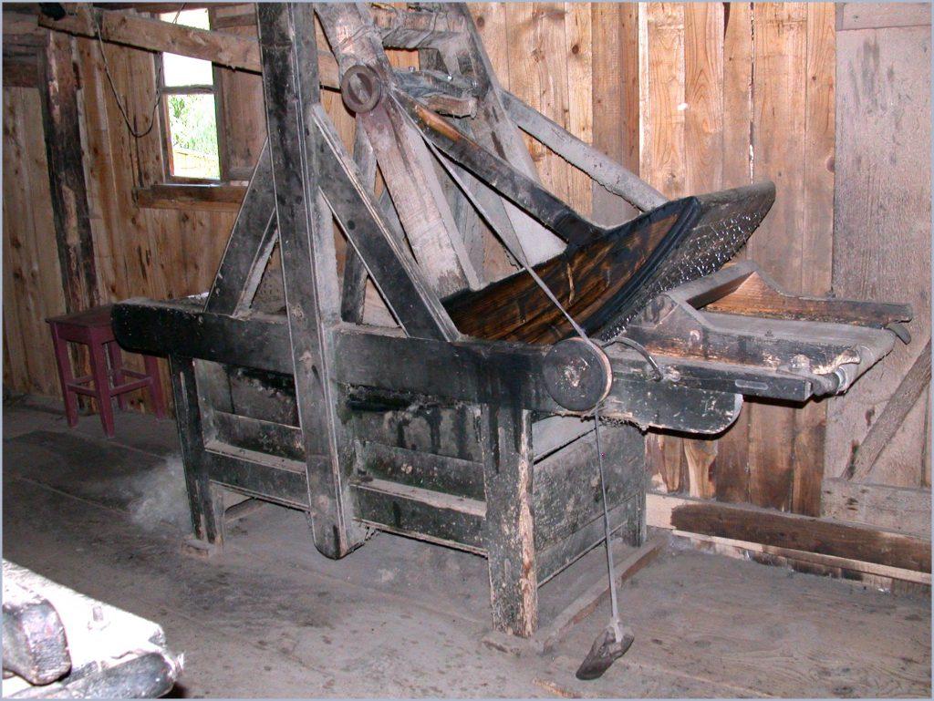 Schwingpicker in der Mühle von Sacel (Maramures/Rumänien)