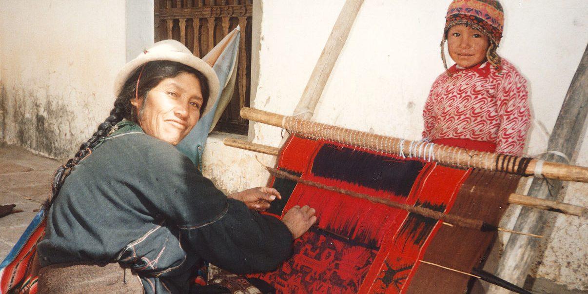 Bolivianische Frau beim Weben