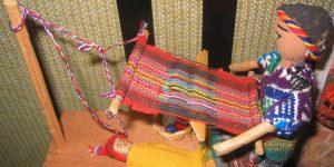 Modell eines Hüftwebgerätes aus Guatemala mit Weberin